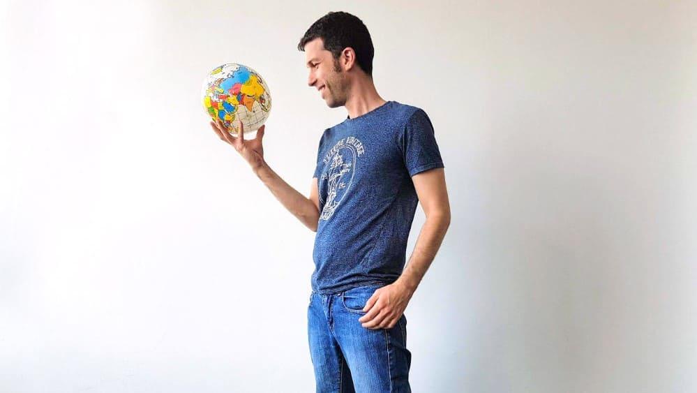 תמונה של אופיר עם גלובוס צעצוע